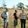 Fra venstre Søren Rosenberg, lodsejer Bent Førgaard Poulsen og Marianne Skaarup Lindhardt, Jammerbugt kommune. Foto: Kenneth Petersen